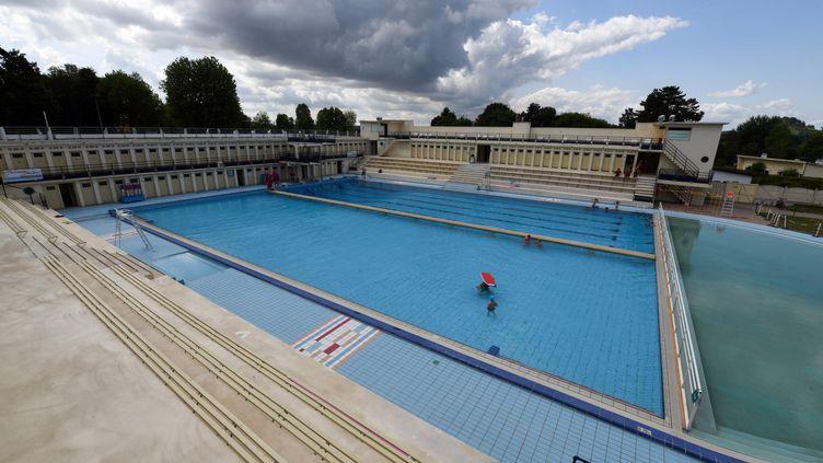 La piscine Roger Salengro, conçue par l'architecte local Paul Hanotea été inaugurée en 1936 sous le Front populaire, en plein avènement du sport, des loisirs et des congés payés. (DENIS CHARLET / AFP)