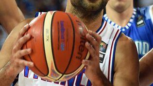 Le meneur de jeu de l'équipe de France de basket Tony Parker lors du premier match de l'Eurobasket contre la Finlande, le 5 septembre 2015, à Montpellier (Hérault). (PASCAL GUYOT / AFP)