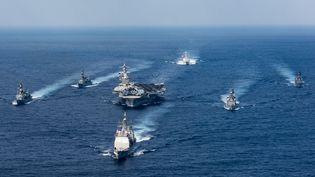 L'USS Carl Vinson ets a flotte, lors d'un exercice militaire dans la mer des Philippines, le 28 mars 2017. (MCS 3RD CLASS MATT BROWN / US NAVY / AFP)