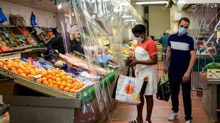 Dans un magasin de fruits et légumes,au Perreux-sur-Marne (Val-de-Marne), le 19 avril 2020. (BERTRAND GUAY / AFP)