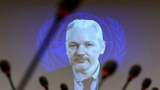 Le fondateur de WikiLeaks, Julian Assange, intervient lors d'une conférence, en duplex depuis l'ambassade d'Equateur à Londres (Royaume-Uni), le 23 mars 2015. (FABRICE COFFRINI / AFP)
