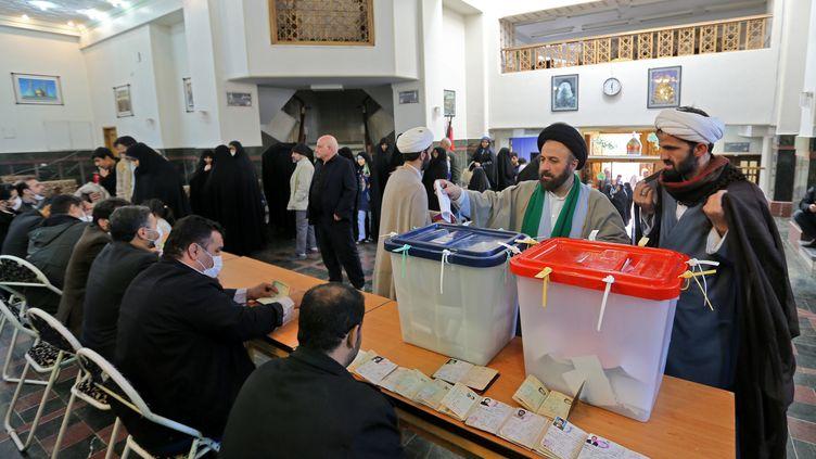 Un bureau de vote dans la banlieue sud de Téhéran le 21 février 2020 (ATTA KENARE / AFP)
