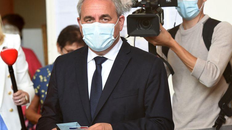 Le président sortant de la région Hauts-de-France, Xavier Bertrand, après son vote lors du premier tour des élections régionales, le 20 juin 2021 à Saint-Quentin (Aisne). (FRANCOIS LO PRESTI / AFP)