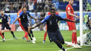 Le défenseur Samuel Umtiti célèbre son but contre la Belgique, en demi-finale de la Coupe du monde le 10 juillet (CHRISTOPHE SIMON / AFP)