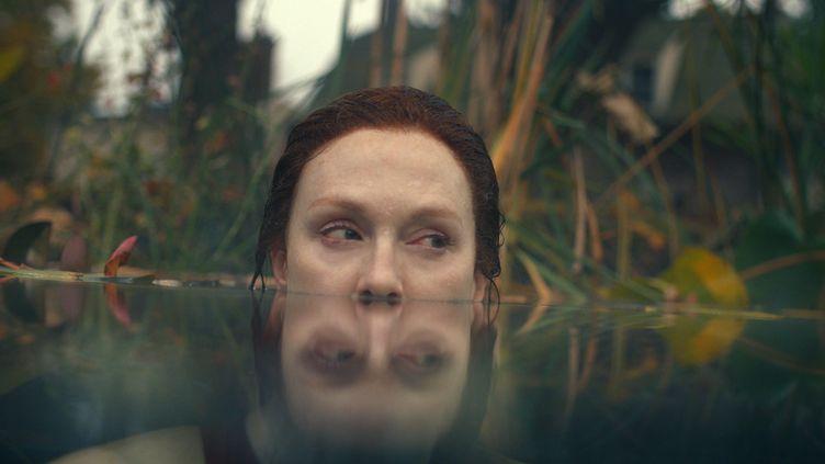 Julianne Moore incarne Lisey, la veuve d'un célèbre écrivain. (APPLETV+)