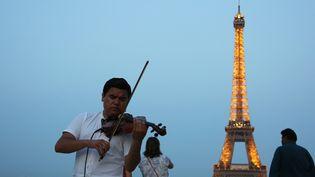 Crépuscule place du Trocadéro à Paris lors de la Fête de la Musique 2017.  (Ludovic Marin / AFP)