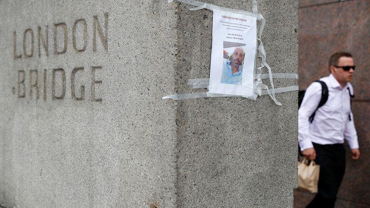 Un avis de recherche deSébastien Belangersur la partie sud du London Bridge, à Londres. Cetexpatrié français est porté disparu depuis l'attaque terroriste du 3 juin 2017 dans la capitale britannique. (PETER NICHOLLS / X03508)