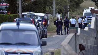 Des gendarmes près du lieu où trois adolescents ont péri dans une explosion accidentelle au Bas-en-Besset (Haute-Loire), le 13 juin 2015. (MAXPPP)