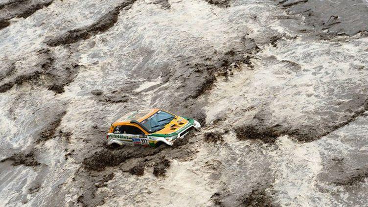 Les intempéries perturbent ce Dakar, lors de la 11e étape comme lors de la 8e étape avec ici le Brésilien Guilherme Spinelli à la traversée d'une rivière