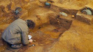 Un archéologiste du MOLA (musée d'archéologie de Londres) sur le site de fouilles de la tombe royale de Seaxa. (MOLA)