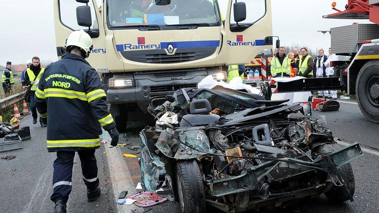 Accident mortel sur l'autoroute A25, à hauteur d'Erquinghem-Lys (Nord), le 23 novembre 2011. (PHILIPPE HUGUEN / AFP)