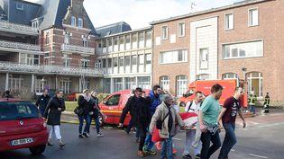 Le personnel et les patients de l'institut Calot, un hôpital de Berck-sur-Mer (Pas-de-Calais), évacuent les lieux après plusieurs incendies, le 9 février 2018. (MAXPPP)