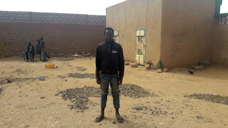 """Koffi Arnaud dans la cour de son """"ghetto"""", le terme qui désigne des maisons en périphérie d'Agadez où sont hébergés les migrants en transit. (SANDRINE ETOA-ANDEGUE / RADIO FRANCE)"""