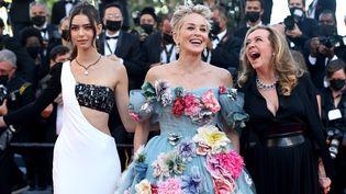 """Sharlon Stone hilare en compagnie de la mannequin Helena Gatsby et de la femme d'affaire Caroline Scheufele. L'actrice de """"Basic Instinct"""" n'a pas de filmprésenté à Cannes cette année. (KATE GREEN / GETTY IMAGES EUROPE)"""