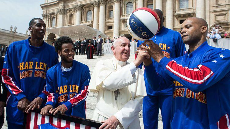 Le pape François sur la place Saint-Pierre de Rome avec des membres de l'équiep de basket desHarlem Globetrotters, le 6 mai 2015 (L'OSSERVATORE ROMERO / AP / SIPA )