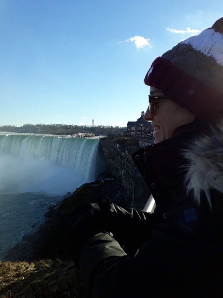 Justine Guillon aux chutes du Niagara, côté Ontario. En face, les Etats-Unis (Photo DR)