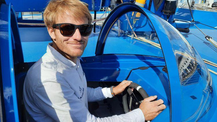 Parmi les innovations technologiques embarquées par François Gabart à bord de son ultime, un petit volant remplace la traditionnelle barre pour diriger le bateau. (JÉRÔME VAL / FRANCE-INFO)