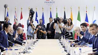Les dirigeants du G7 et d'autres pays lors d'un déjeuner de travail, le 26 août 2019, lors du sommet de Biarritz (Pyrénées-Atlantiques). (MIHO IKEYA / YOMIURI / AFP)