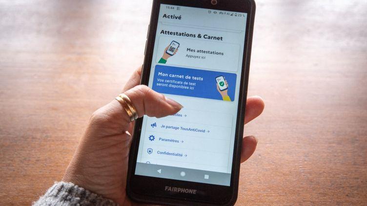 L'application TousAntiCovid Carnet, qui permet de stocker les documents du futur pass sanitaire, sur un smartphone, le 1er mai 2021. (DANA TENTEA / HANS LUCAS / AFP)