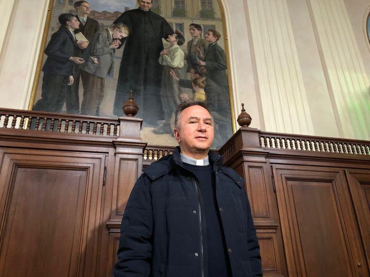 Le père Guido Errico a demandé aux fidèles de prendre quelques précautions pour éviter les risques de contagion. (MATTHIEU MONDOLONI / FRANCEINFO)