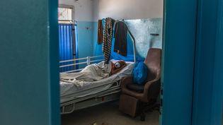Une patiente atteinte du Covid-19 dans un hôpital de Dakar, au Sénégal. Photo d'illustration. (SADAK SOUICI / LE PICTORIUM / MAXPPP)