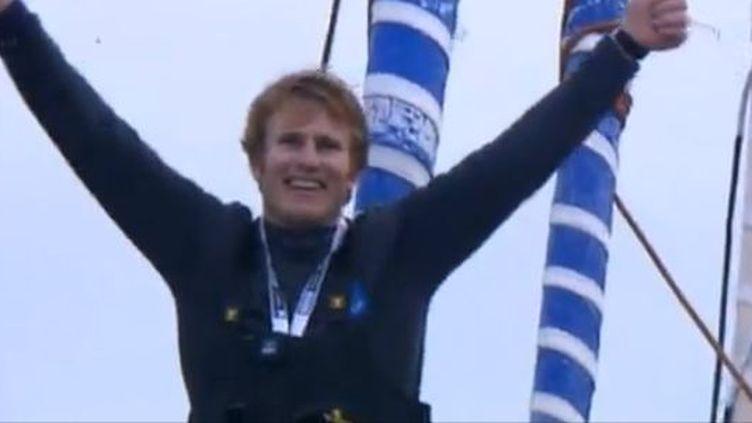 capture d'écran -Aux Sables-d'Olonne (Vendée) il est devenu le plus jeune vainqueur du Vendée Globe, ce tour du monde en solitaire, sans escale et sans assistance. 27 janvier 2013 (FRANCETV INFO / FRANCE 3 PAYS DE LA LOIRE)