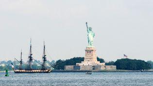 """La frégate """"L'Hermione"""", face à la statue de la Liberté, le 4 juillet 2015 à New York (Etats-Unis). (STEPHANIE KEITH / REUTERS)"""