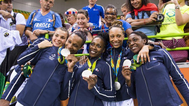 L'équipe de france féminine de handball a décroché la médaille d'argent aux Jeux olympiques de Rio (Brésil), le 20 août 2016. (VINCENT CURUTCHET / DPPI MEDIA / AFP)