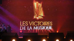 Le trophée des Victoires de la musique, sur un écran géant, le 6 mars 2010 au Zénith de Paris. (AFP/LIONEL BONAVENTURE)