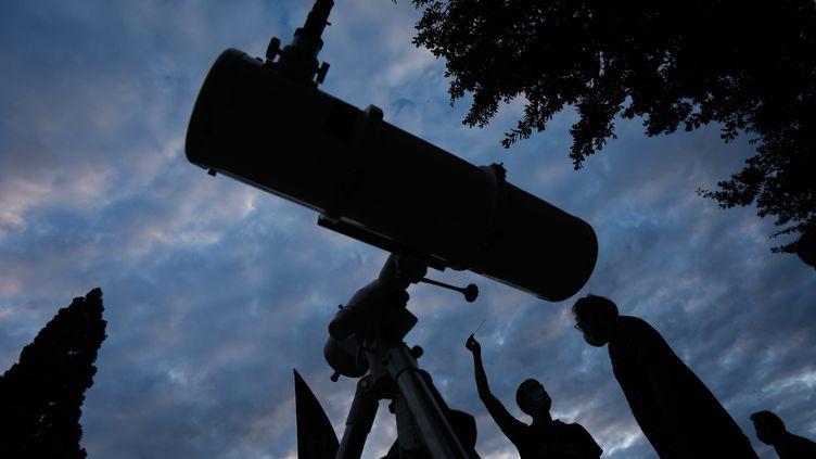 L'AFA(l'association française d'astronomie) installe un téléscope au Parc Montsouris à Paris le 24 juillet 2020. (OLIVIER CORSAN / MAXPPP)