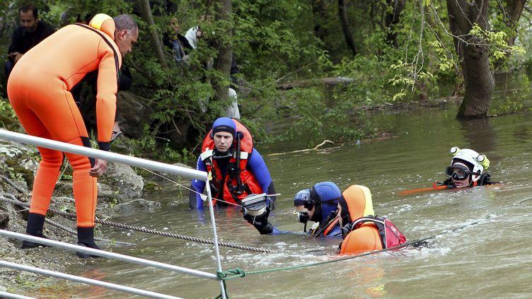 Des plongeurs effectuent des recherches pour tenter de retrouver le petit Yasin, le 30 avril 2013 à Saint-Rambert-d'Albon (Drôme). (MAXPPP)