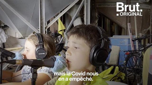 Pendant ce temps-là dans la Drôme, sur Radio Mega Valence 99.2FM, ce sont des enfants qui présentent chaque jour une émission en direct grâce à un étrange véhicule : un studio monté sur un vélo...