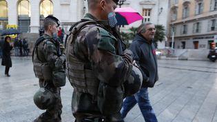 Des soldats en patrouille dans les rues de Nice, en février 2017. (VALERY HACHE / AFP)