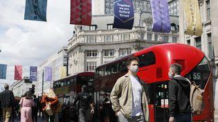 Des passants dans une rue de Londres (Royaume-Uni), le 25 juin 2021. (SHUHEI YOKOYAMA / YOMIURI / AFP)