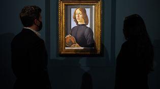 """Le """"Portrait du jeune homme tenant un médaillon"""" de Botticelli aux enchères à New York chez Sotheby's le 28 janvier 2021. (CINDY ORD / GETTY IMAGES NORTH AMERICA)"""