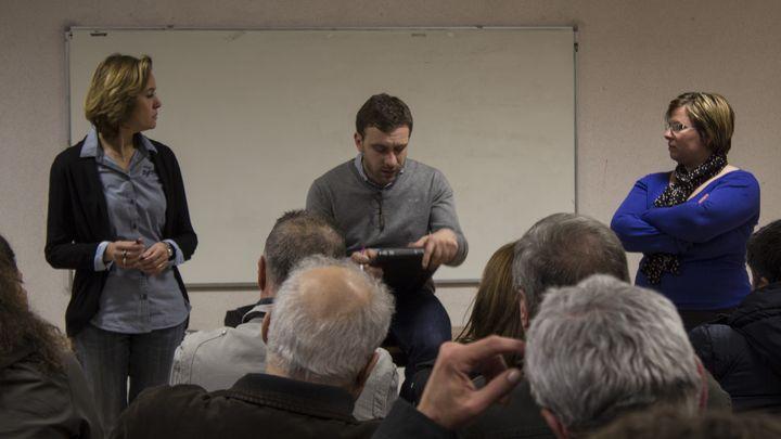 Orane Gobert (à gauche) et Julien Dive, candidats UMP aux élections départementales, en réunion avec leurs militants à Itancourt (Aisne), le 25 mars 2015. (MATHIEU DEHLINGER / FRANCETV INFO)