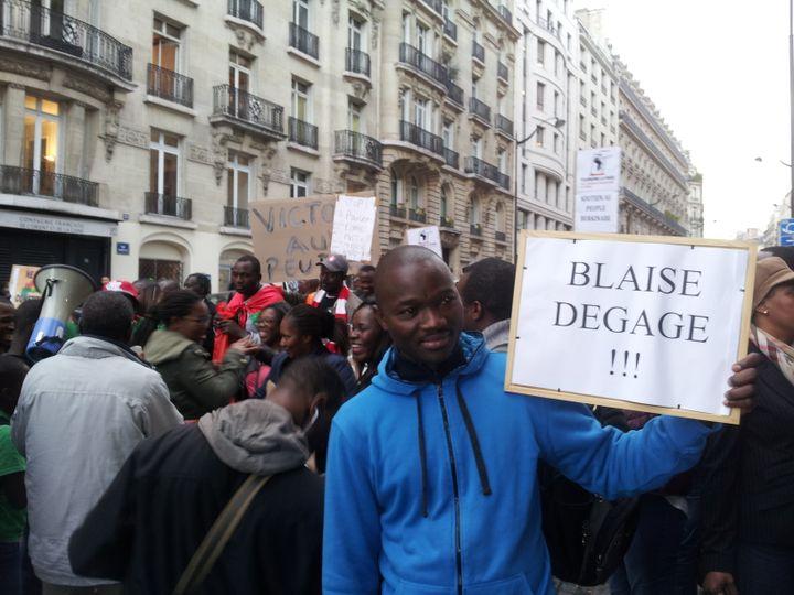 (Les manifestants devant l'ambassade du Burkina Faso à Paris ce jeudi. © Radio France / Jérôme Jadot)