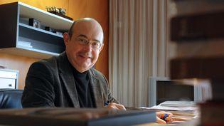Jean Germain, alors maire socialiste de Tours (Indre-et-Loire),peu avant les élections municipales de 2008, dans son bureau, le 8 février 2008. (ALAIN JOCARD / AFP)