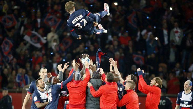 David Beckham, porté en triomphe par les joueurs du PSG lors du titre en 2013