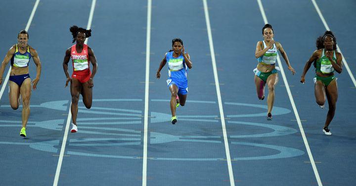 La sprinteuse indienne Dutee Chand, en bleu ciel au centre, lors d'une série de l'épreuve du 100 mètres aux Jeux olympiques de Rio (Brésil), le 12 août 2016. (PICTURE ALLIANCE / PICTURE ALLIANCE)