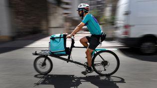 Un livreur de Deliveroo. (GERARD JULIEN / AFP)