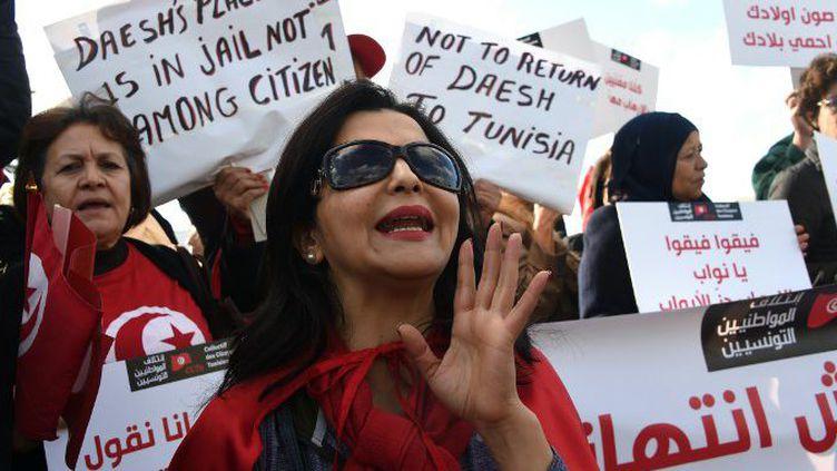 Manifestation de Tunisiennes contre le terrorisme devant le Parlement (FETHI BELAID / AFP)