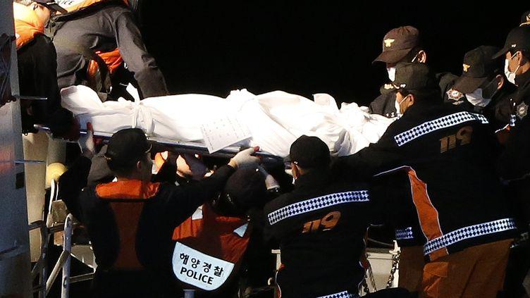 Un corps est extrait du ferry naufragé en Corée du Sud, le 19 avril 2014. (© ISSEI KATO / REUTERS / X90003)