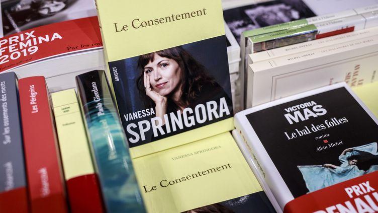 Des exemplaires du Consentement de Vanessa Springora sont présentés dans une librairie parisienne, le 2 janvier 2020. (MAXPPP)