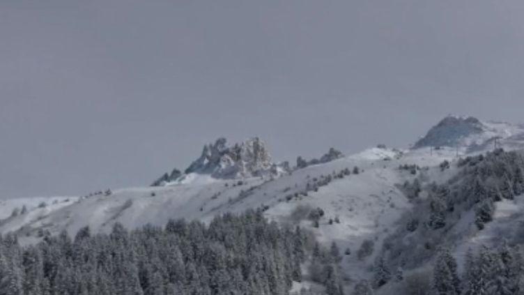 La neige a fait son grand retour dans les Pyrénées-Atlantiques. Un constat qui n'est pas sans donner le sourire aux directeurs de stations de ski qui envisagent alors une très bonne saison. (France 2)