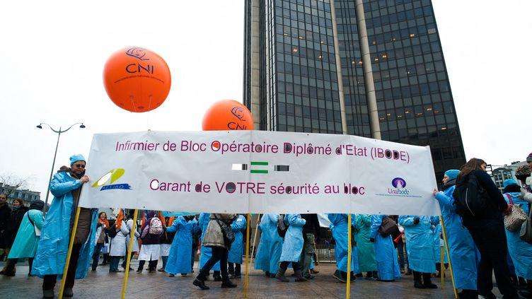 Une manifestation sur le parvis de la gare Montparnasse, à Paris, le 24 janvier 2017. (SIMON GUILLEMIN / HANS LUCAS)