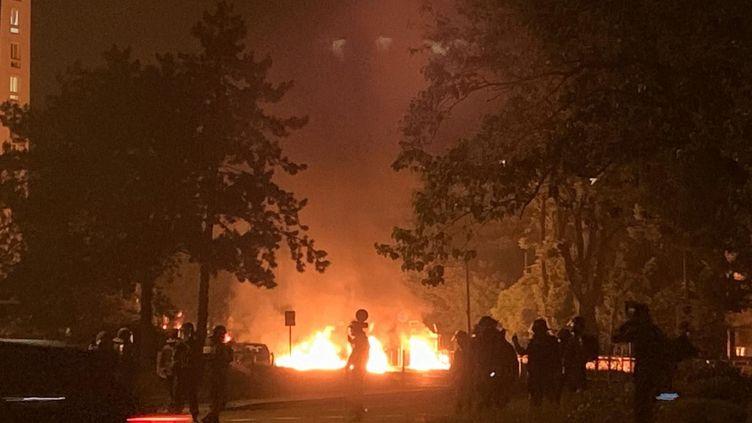 Dimanche 18 mai àArgenteuil, la police a essuyé des tirs de mortiers dans la nuit suivant la mort de Sabri, 18 ans, au guidon de sa motocross. (MICKAEL SIZINE / MAXPPP)