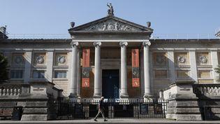 """La façade duAshmolean Museum d'Oxford, ici en avril 2020, affiche des banderoles de l'exposition Rembrandt où l'on pourra voir le tableau """"Tête d'un homme barbu"""", réalisé par l'atelier du maître. (ADRIAN DENNIS / AFP)"""