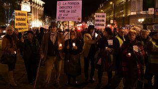 """Manifestation contre la """"pauvretéénergétique"""" à Madrid en Espagne le 21 décembre 2016. (JAVIER SORIANO / AFP)"""