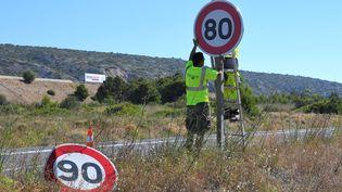Changement d'un panneau de limitation de vitesse, àSalses-le-Chateau (Pyrénées-Orientales), le 25 juin 2018. (MAXPPP)